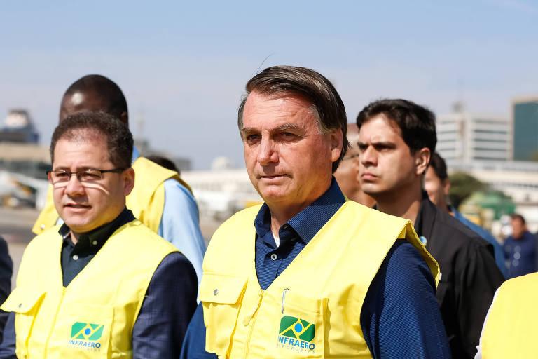 De colete amarelo, o presidente Jair Bolsonaro visita obras de recuperação da pista principal do aeroporto de Congonhas, em São Paulo