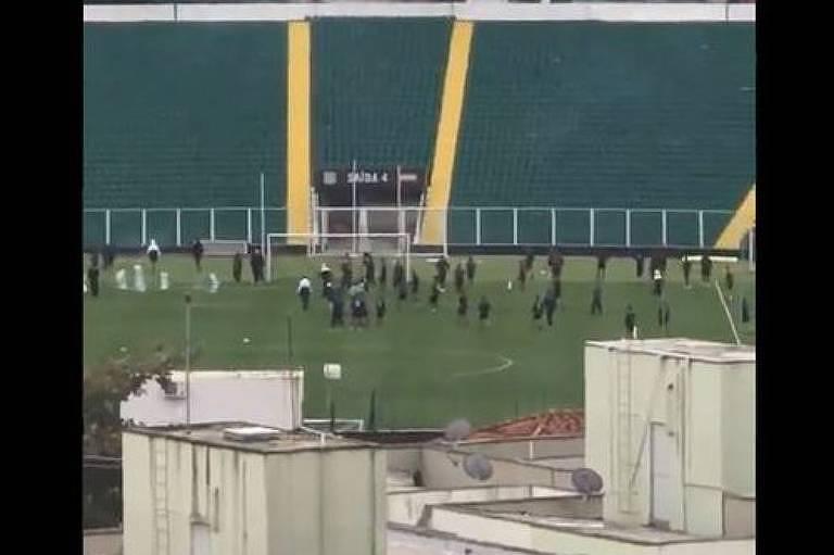 Imagem da invasão dos torcedores do Figueirense