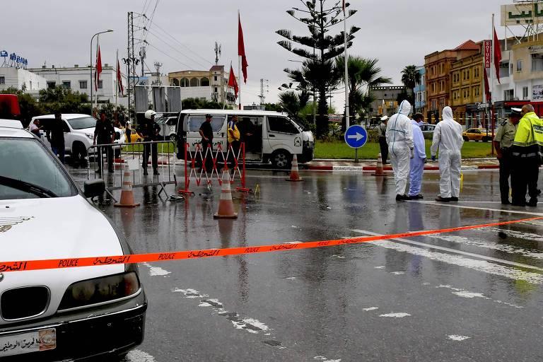 Polícia forense da Tunísia no lugar onde dois policiais foram atacados em Sousse