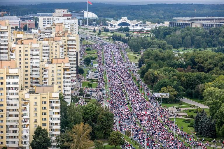 Dezenas de milhares protestam contra ditador da Belarus em Minsk