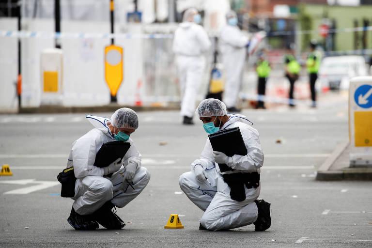 Agentes realizam perícia em local de esfaqueamento em Birmingham, na Inglaterra