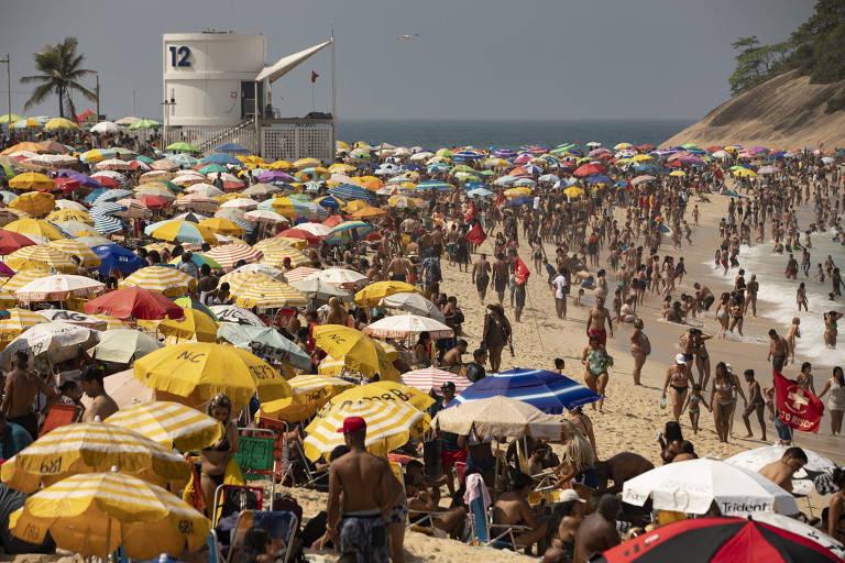 Praia do Pontal, no Rio, lotada no fim de semana do feriado da Independência; há muitos guarda-sóis e pessoas, todas umas ao lado das outras