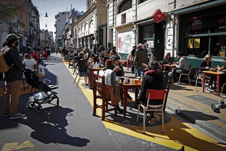 Argentinos enchem rua de bares e restaurantes no bairro de San Telmo, em Buenos Aires