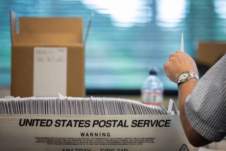 Homem arruma caixa com votos por correio na Carolina do Norte