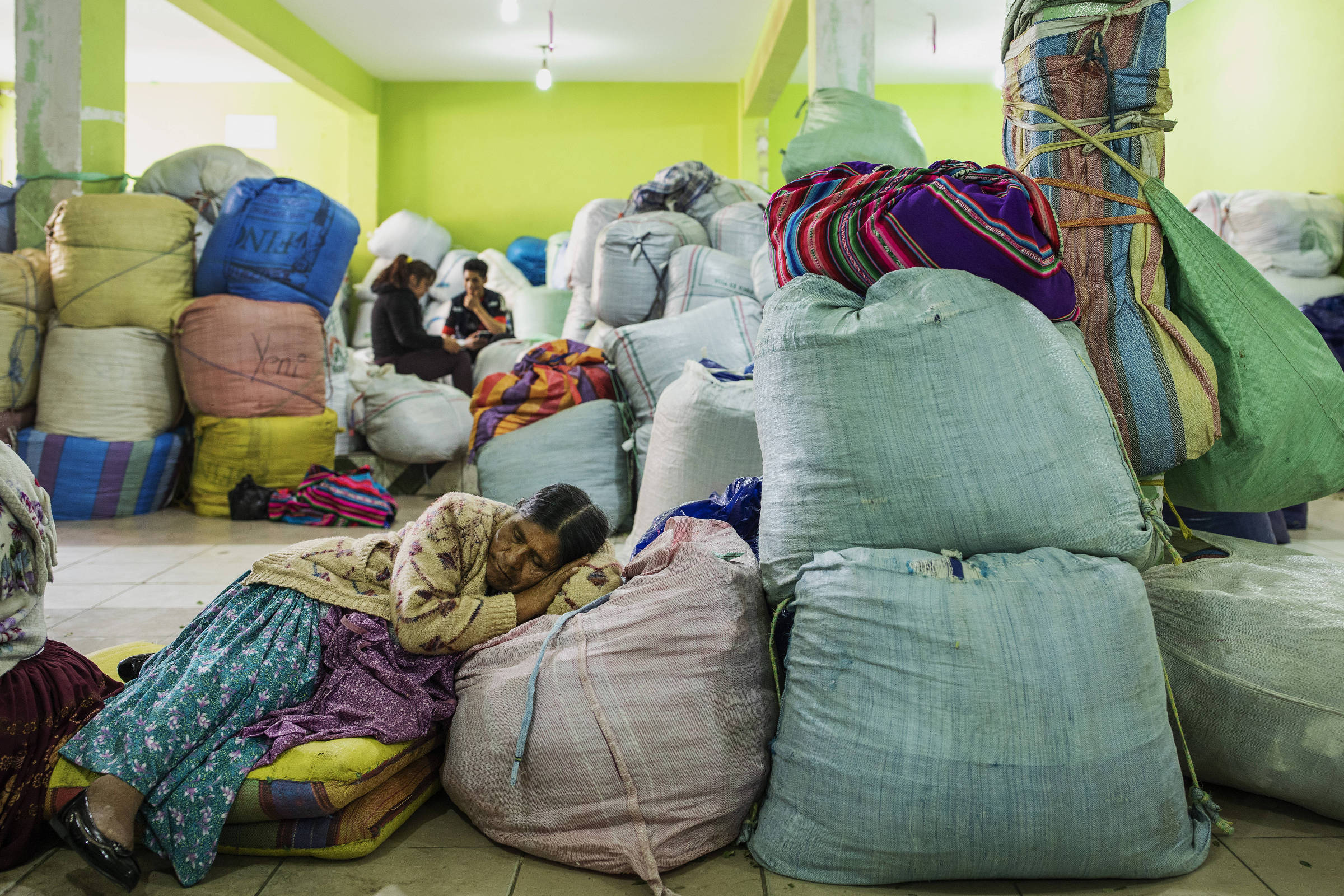 Cocaleira descansa no mercado Villa Fatima, em La Paz