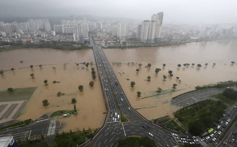 Parque ao lado do rio Taehwa foi alagado, em Ulsan, na Coreia do Sul