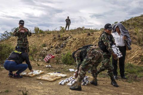 Polícia prepara queima de drogas apreendidas em montanhas no entorno de Cochabamba