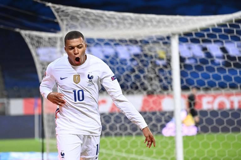 Mbappé celebra o gol da vitória da França sobre a Suécia, pela Liga das Nações