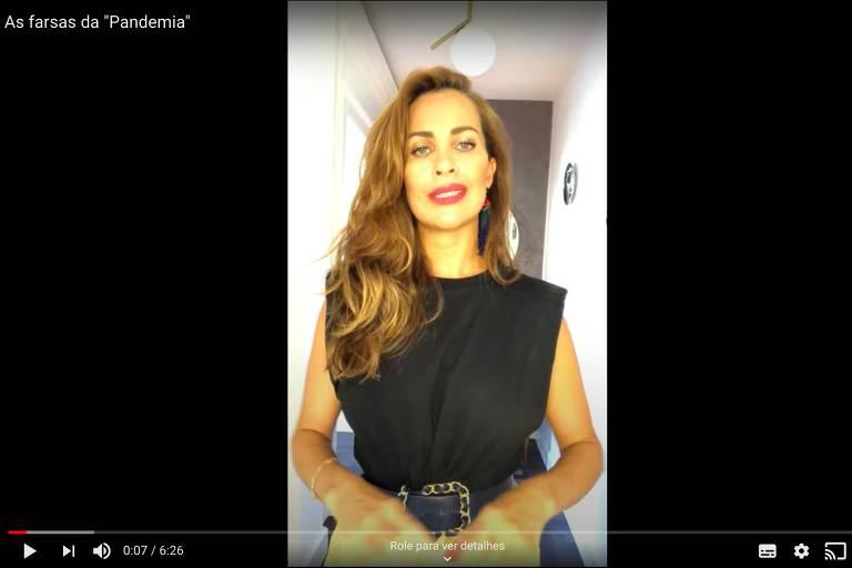 Frame de vídeo no YouTube em que a apresentadora fala olhando para câmera