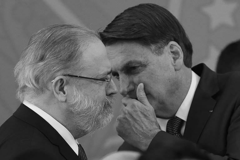 O presidente Jair Bolsonaro (sem partido) cochicha no ouvido do procurador-geral da República, Augusto Aras