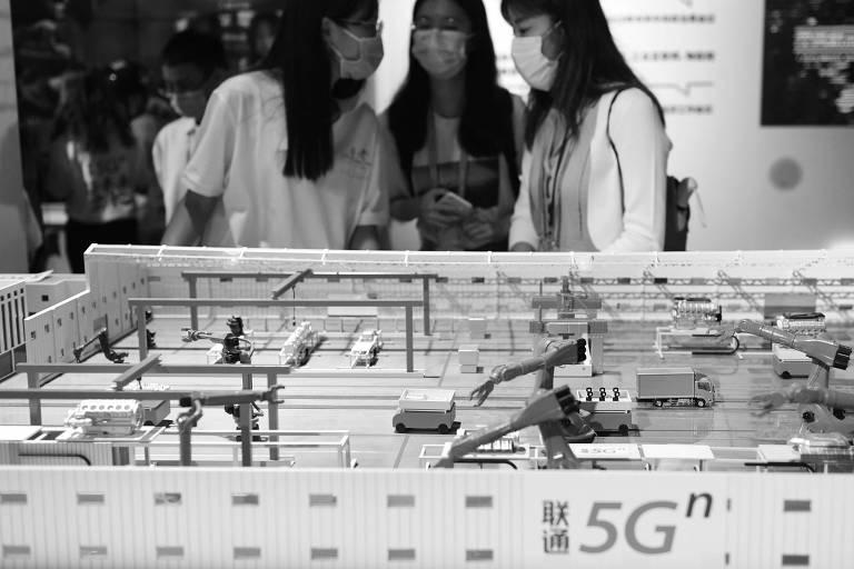 Chinesas conversam durante feira de produtos construídos a partir da tecnologia 5G