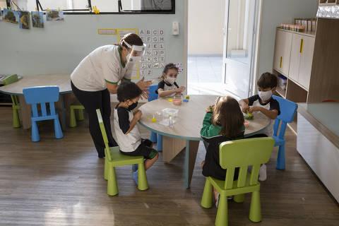 Priorizar escolas não é abrir já, mas não dá para esperar controle total da pandemia, diz representante do Unicef