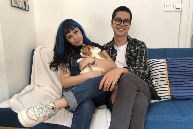 A jornalista Yasmin Wilke, que trabalha remotamente para o Brasil desde Estrasburgo, na França, e seu marido, o cozinheiro Rodrigo Ueta