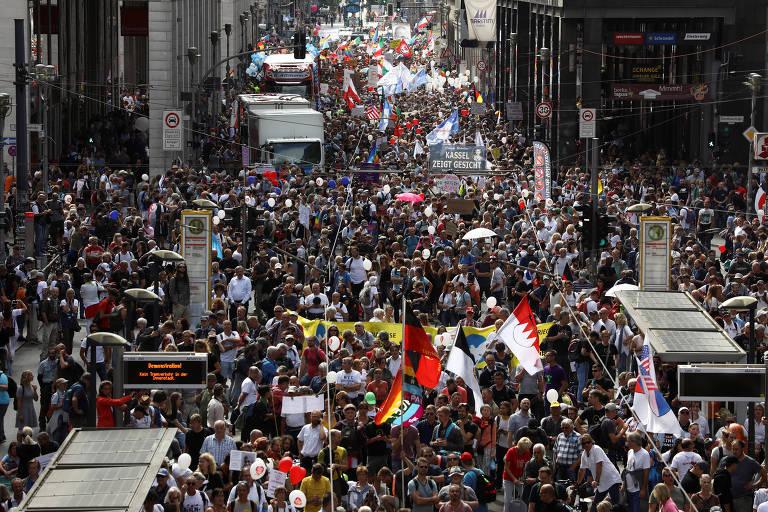 Manifestantes participam de protesto em Berlim contra as medidas de restrição do governo alemão para tentar barrar o coronavírus
