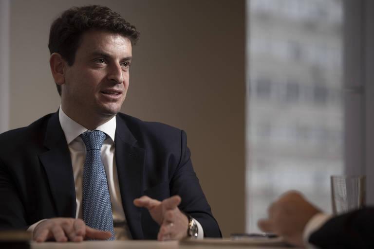 Sentado, o presidente da AASP (Associação dos Advogados de São Paulo), Renato Cury, em entrevista à Folha