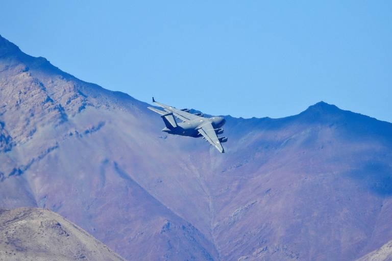 Um avião de transporte militar C-17 indiano sobrevoa a região do Ladakh nesta terça