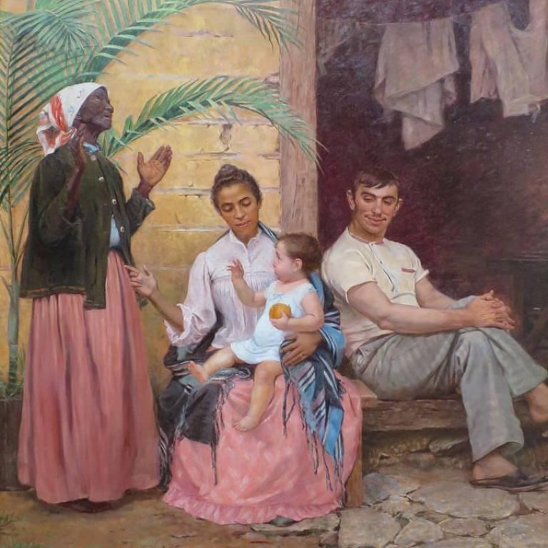 Vó negra retinta agradece aos céus pelo nascimento de neto branco. Sua filha, mestiça, segura a criança, ao lado do pai, português branco