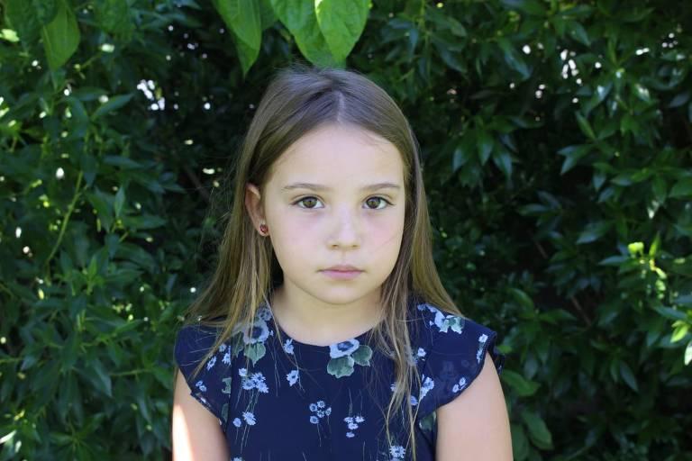 Mariana Agostinho, de oito anos, é a mais nova dos seis jovens portugueses que firmam petição pelo ambiente enviada ao Tribunal Europeu de Direitos Humanos; é uma menina de cabelos lisos e claros, que posa diante de um fundo de vegetação