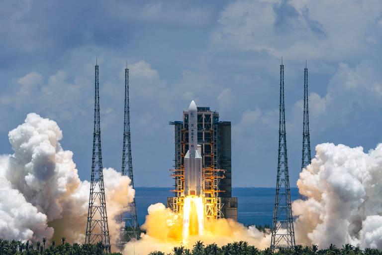Foguete Longa Marcha-5 levando sonda para Marte é lançado de Hainan, na China