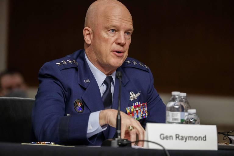 O chefe de operações da Força Espacial dos Estados Unidos, general John Raymond, fala ao Senado