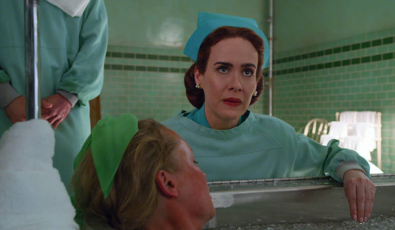 A protagonista Mildred Ratched (Sarah Paulson)
