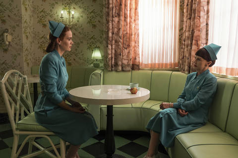 RATCHED (L to R) SARAH PAULSON as MILDRED RATCHED and JUDY DAVIS as NURSE BETSY BUCKET in episode 103 of RATCHED Cr. SAEED ADYANI/NETFLIX © 2020 Série Ratched