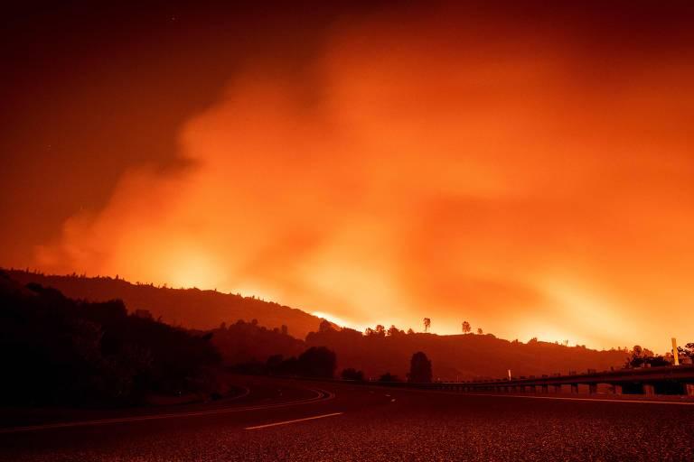 Chamas do incêndio Creek em uma área sem construções de Fresno, na Califórnia