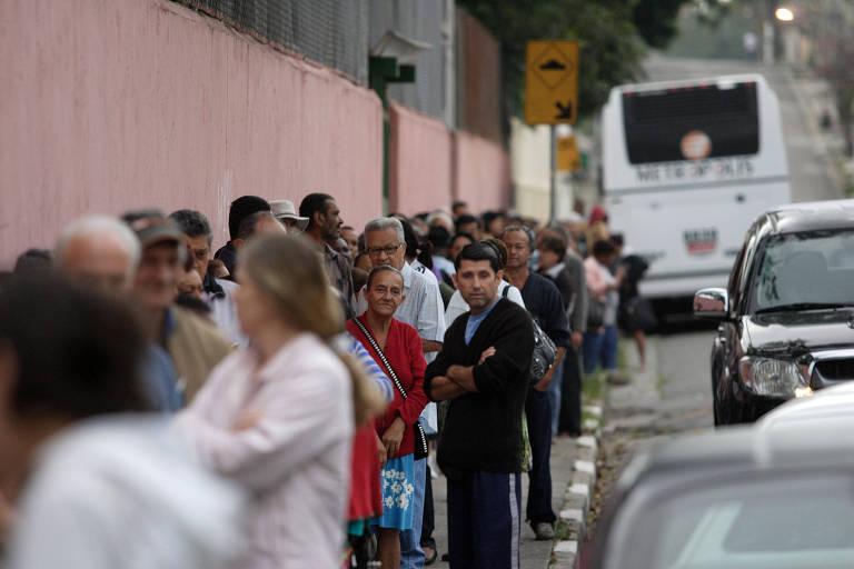 Fila enorme de pacientes que chegam de madrugada para conseguirem garantir uma consulta na UBS Malta Cardoso, que fica no Butantã, zona oeste de São Paulo