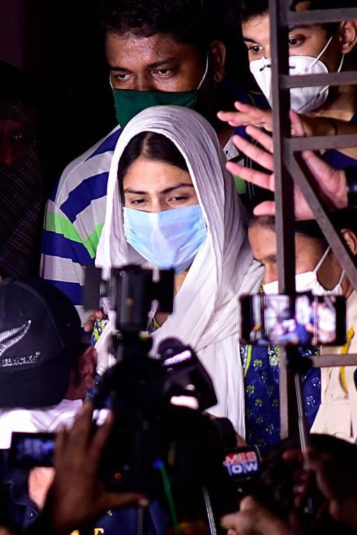 A atriz de Bollywood Rhea Chakraborty  deixa o escritório da Diretoria de Execução (ED) após interrogatório no âmbito da investigação do caso de suicídio do ator de Bollywood Sushant Singh Rajput, em Mumbai