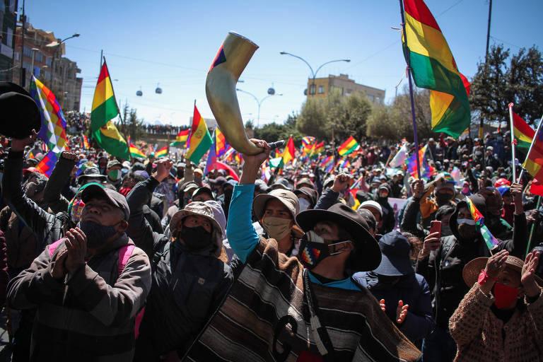 Bolivianos participam de manifestação em El Alto para exigir a renúncia de Jeanine Añez, que preside a Bolívia interinamente