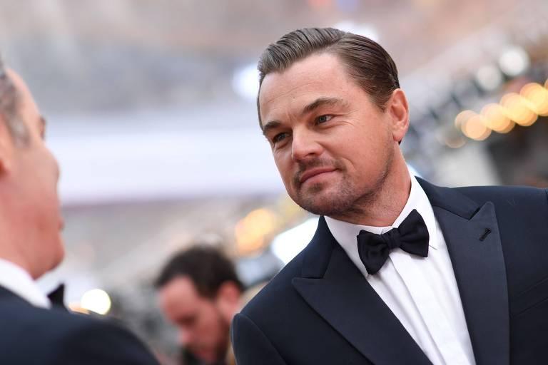 O ator Leonardo DiCaprio sorri