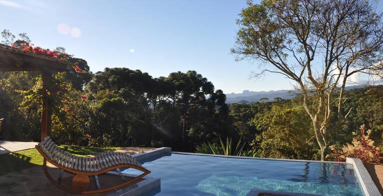 Piscina da casa de campo dentro da pousada Quinta dos Pinhais, em Santo Antônio do Pinhal (SP)