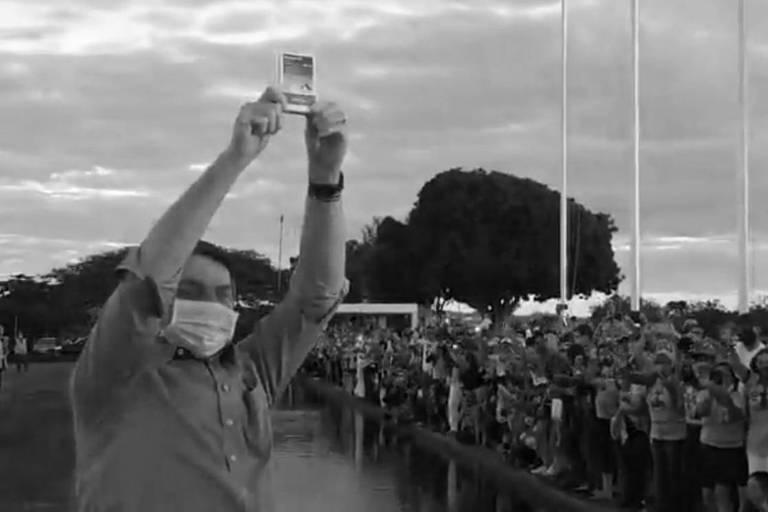 O presidente Jair Bolsonaro segura uma caixa de hidroxicloroquina após contrair Covid-19, em julho