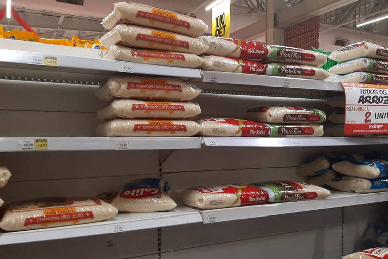 Prateleiras de supermercado no setor de arroz