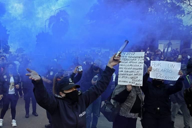 Policiais da província de Buenos Aires protestam por melhores salários e frente à residência oficial do presidente, Alberto Fernández, nesta quarta-feira (9)