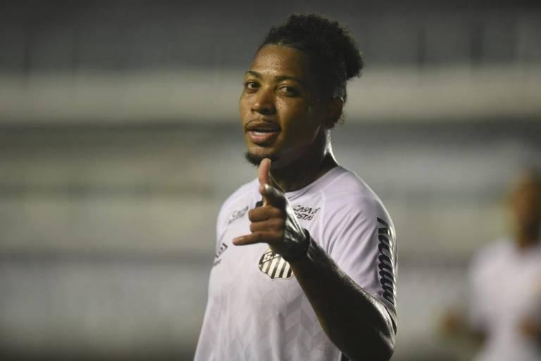 O atacante Marinho comemora o seu gol primeiro gol