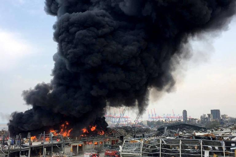 Coluna de fumaça após incêndio na zona portuária de Beirute, mesmo local onde houve uma megaexplosão