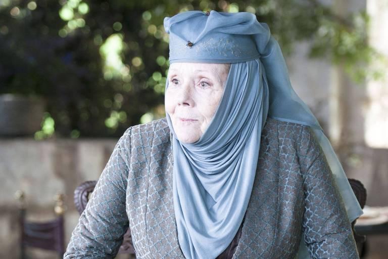 Mulher com roupas medievais