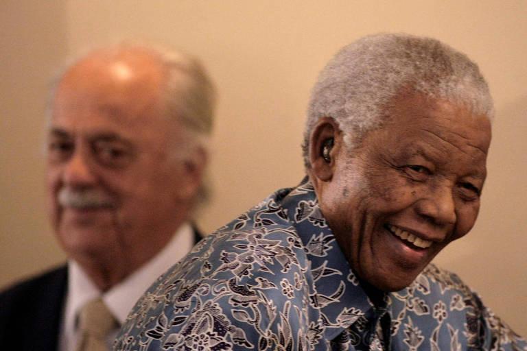 O ex-presidente sul-africano Nelson Mandela, à dir., e seu advogado, George Bizos, durante encontro em Johannesburgo