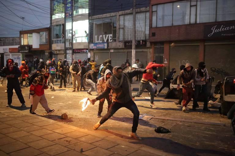 Manifestantes entram em confronto com policiais durante protestos contra a violência policial em Bogotá, capital da Colômbia