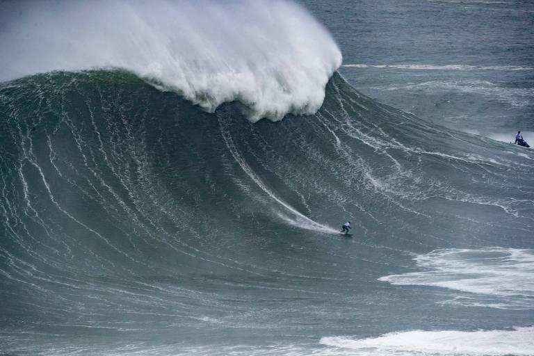 Maya Gabeira em uma onda do mar de Nazaré, em Portugal