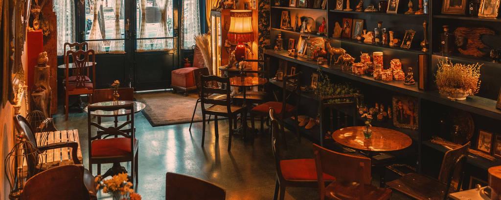 O clube Alberta #3 mudou o ambiente e está investindo no delivery de drinques, servindo almoço e vendendo peças de decoração