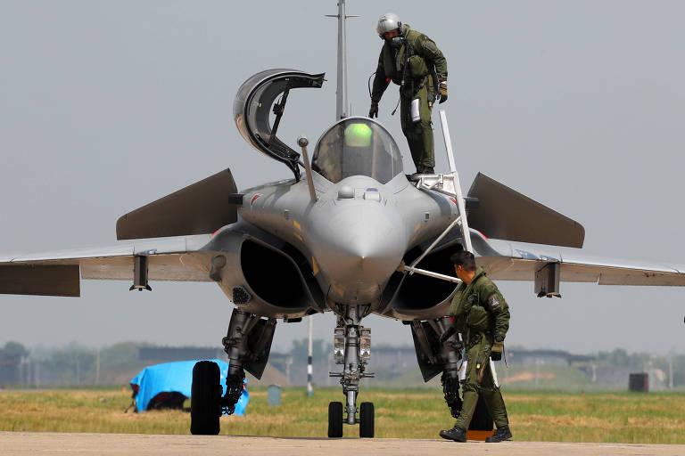 Piloto da Força Aérea Indiana sai de caça Rafale após a cerimônia de estreia do modelo francês no país, na base aérea de Ambala