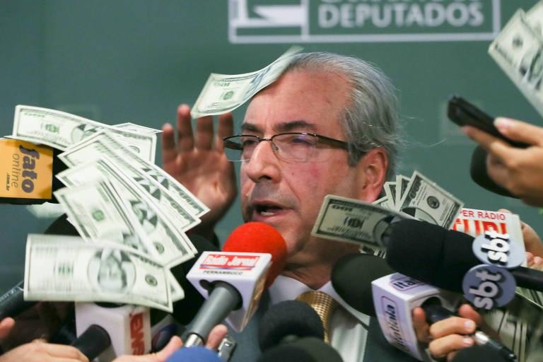 homem branco calvo está cercado por microfones e notas de dólares que caem por todos os lados