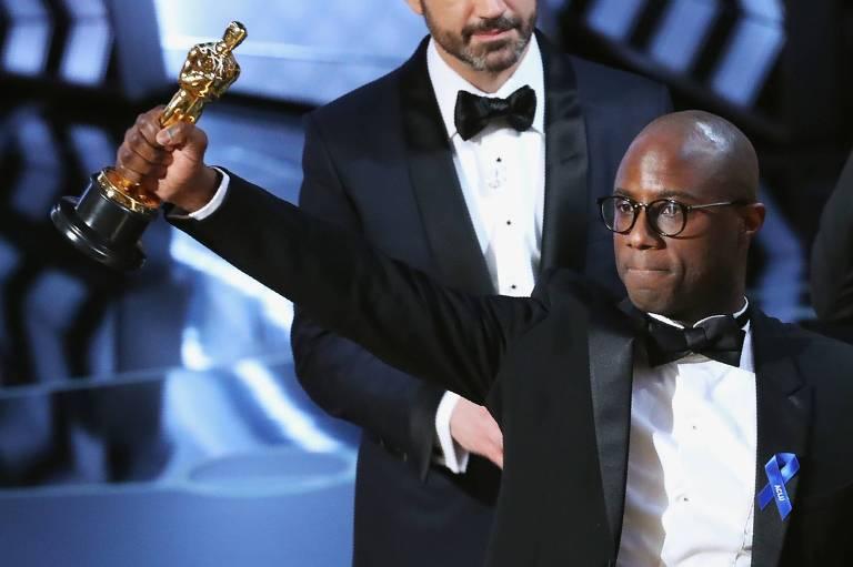 """Barry Jenkins recebe o Oscar de melhor filme de """"Moonlight"""", filme com elenco negro e que com temática LGBT"""