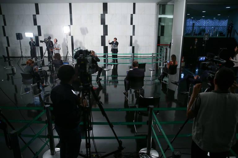 """O presidente da câmara dos deputados Rodrigo Maia (DEM-RJ) durante coletiva de imprensa. A câmara adotou novos padrões para as falas de Maia, com distanciamento, em local amplo e sem o chamado """"quebra queixo"""", quando os repórteres se aglomeram segurando o microfone em volta do entrevistado."""