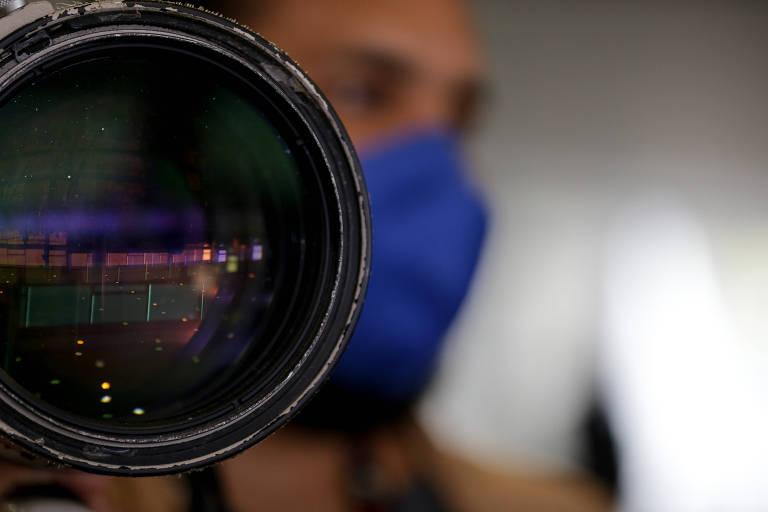 Fotógrafo trabalha durante evento no Palácio do Planalto.
