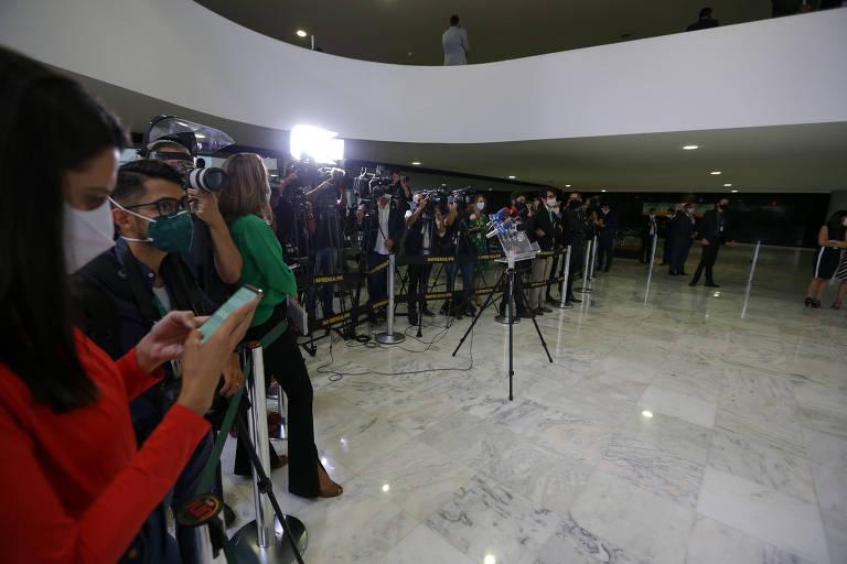Jornalistas em evento com o presidente Jair Bolsonaro no Palácio do Planalto.