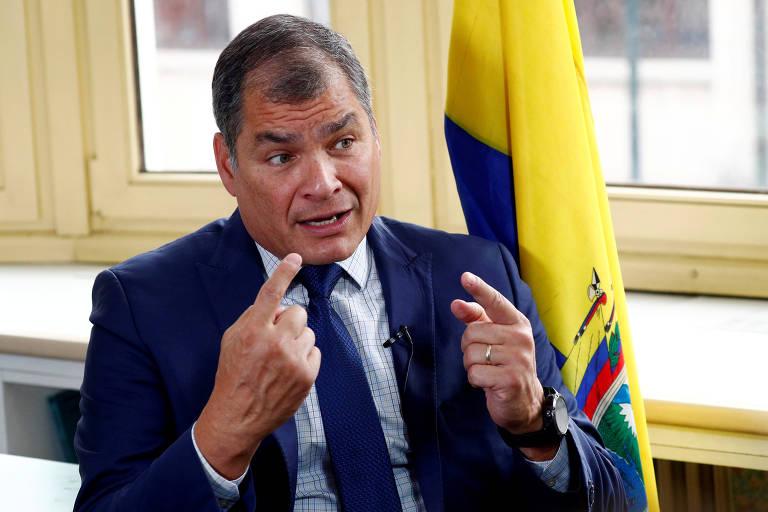 O ex-presidente do Equador, Rafael Correa, gesticula durante entrevista em Bruxelas (Bélgica)