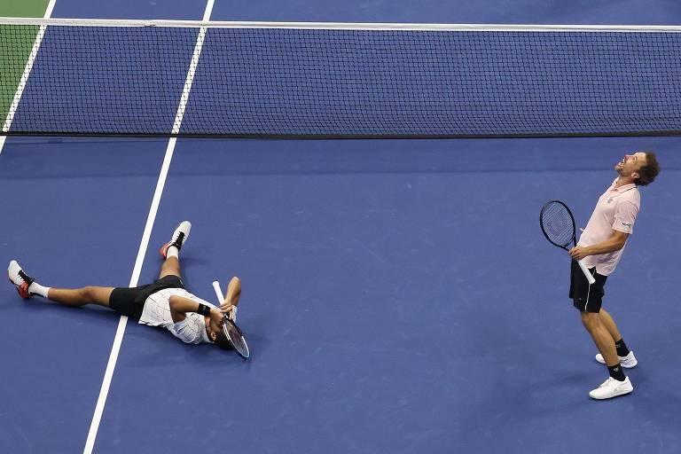 Bruno Soares comemora título do US Open ao lado de Mate Pavic, que se jogou no chão após o último ponto